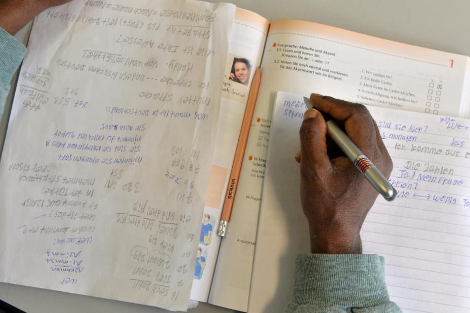 In den Kursen lernen die Flüchtlinge die Grundlagen der deutschen Sprache.