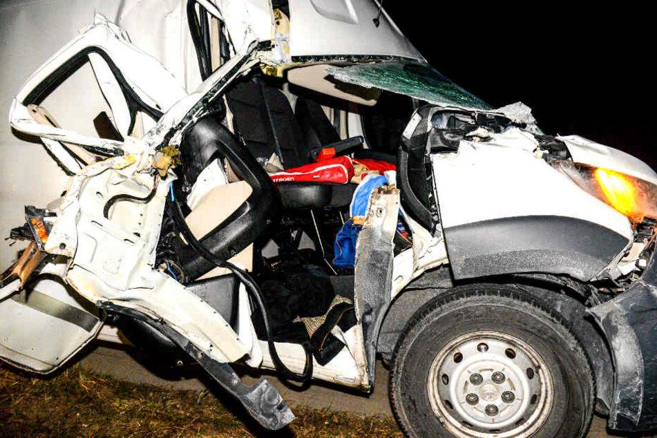 Heftiger Crash auf A9! Transporter kracht in Lkw