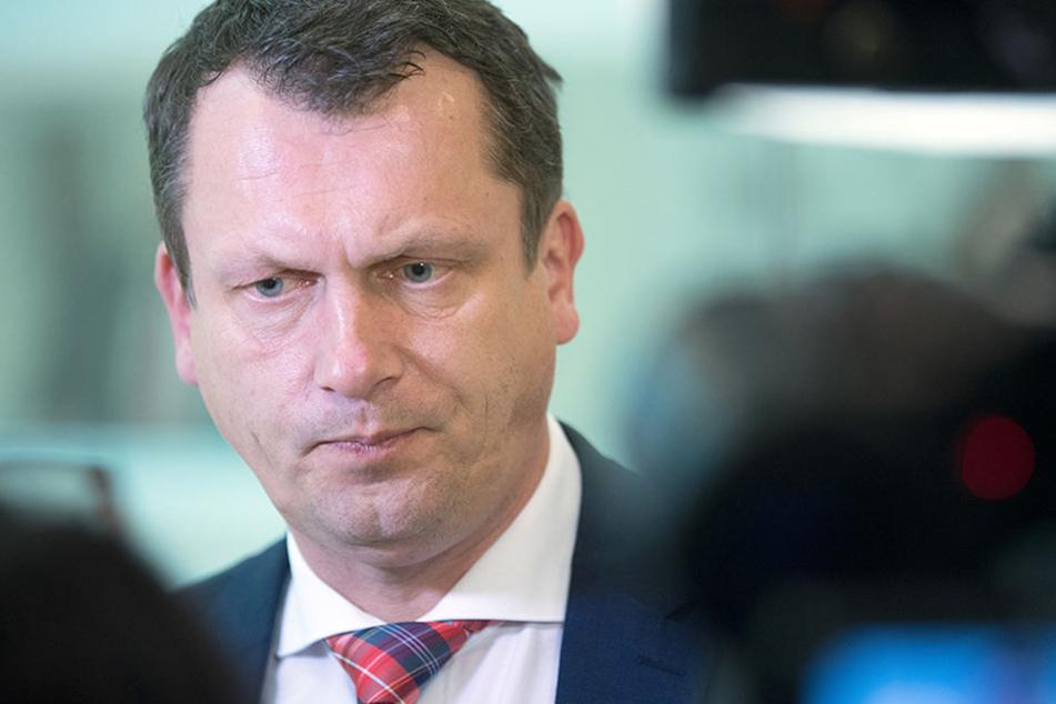 Der Oberbürgermeister der Stadt Cottbus, Holger Kelch (CDU), gibt nach einer Sitzung des Innenausschusses des Landtags Brandenburg ein Interview.