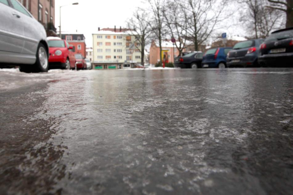 Eine Eisschicht bedeckt eine Straße in Nürnberg.