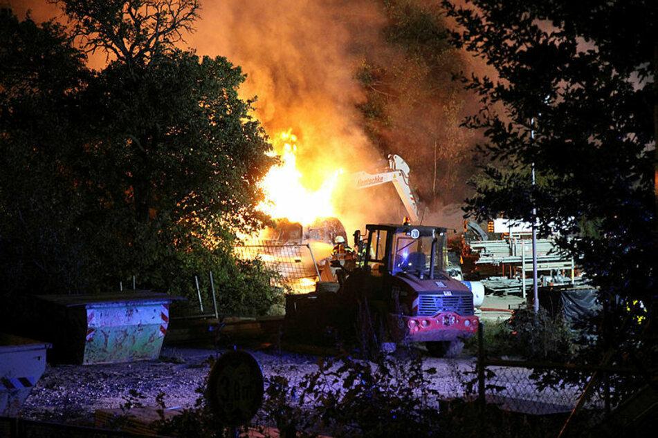 Der Bagger der Firma Hentschke Bau brennt lichterloh. Die Polizei geht von einem linksextremen Anschlag aus.