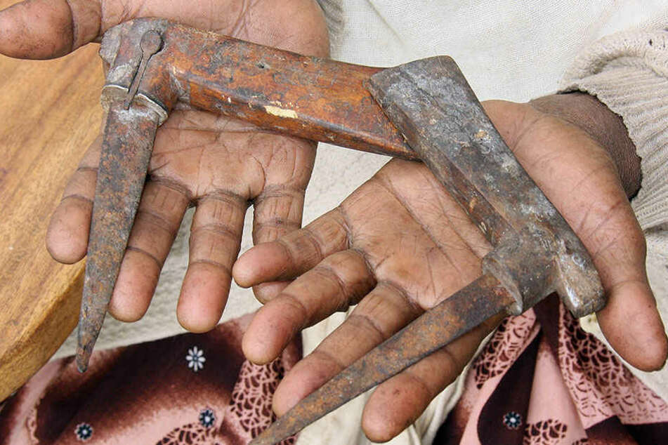 Mit solchem Werkzeug werden Frauen und Mädchen in Äthiopien beschnitten.