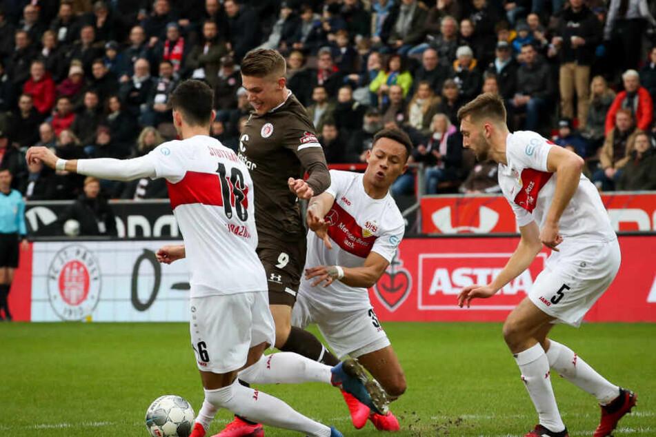 St. Paulis Viktor Gyökeres (2.v.l) und Stuttgarts Hamadi Al Ghaddioui (l-r), Roberto Massimo und Nathaniel Phillips kämpfen um den Ball.
