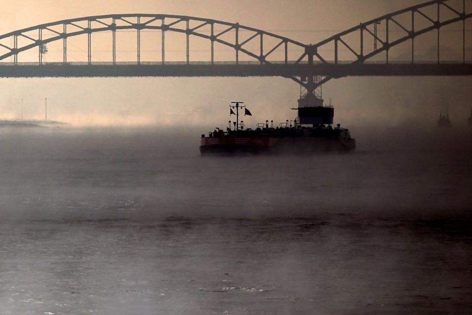 Das Schiff war gegen die Südbrücke gefahren. (Archivbild)