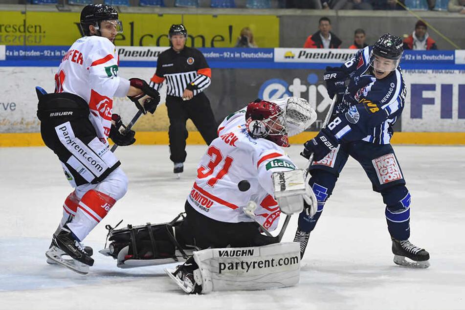 """Timo Walther (r.) hat sich bei den Eislöwen in die Form für die """"U20""""-WM gespielt. Unter Coach Franz Steer bekommt er viel Eiszeit."""