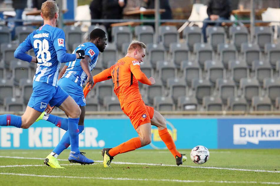 Florian Krüger (r.) trifft beim Testspiel gegen Bundesligist Hertha BSC zu3 1:0-Führung für Aue.