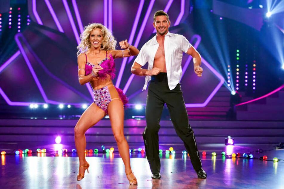 Benjamin Piwko und Partnerin Isabel Edvardsson tanzen Salsa.