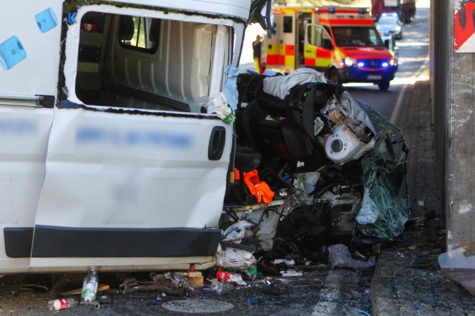 Transporter kracht in Betonpfeiler: Beifahrer in Wrack eingeklemmt