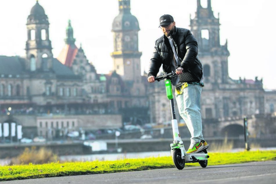"""""""Total entspannt"""": Philipp Lüders (27) fährt so viel wie kein anderer auf den Lime-Rollern durch Dresden."""