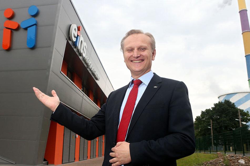 Eins-Energie-Chef Roland Warner (52) ) vor dem neuen Batteriespeicher mit einer Kapazität von 18 000 Autobatterien.