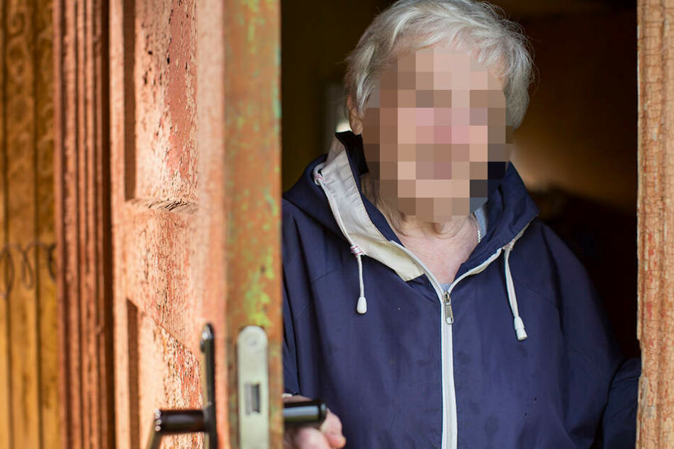 Die 88-Jährige öffnete die Tür, weil sie glaubte ein Nachbar habe geklingelt. (Symbolbild)
