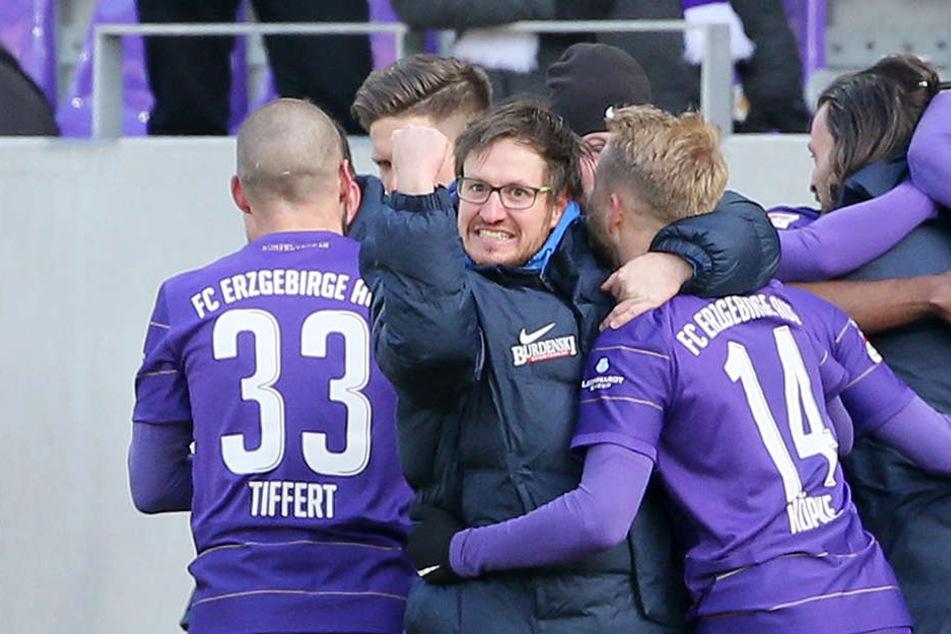 Auer Jubel nach dem Sieg gegen Kaiserslautern. Die Systemumstellung von Coach Hannes Drews (M.) während der Partie hat gefruchtet.