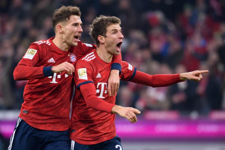 Müller (r) bejubelt zusammen mit Teamkollege Goretzka sein Tor zum 3:1.