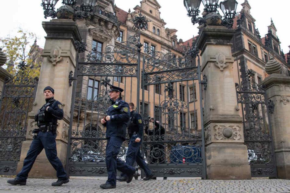 Polizisten vor dem Dresdner Residenzschloss, wo Ende November eingebrochen wurde.