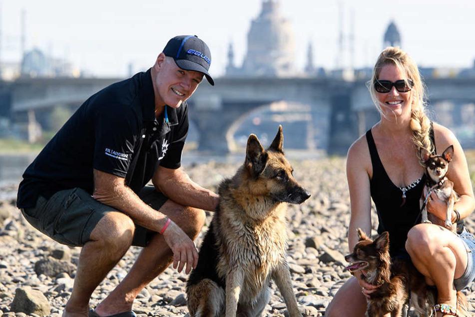 Bill Stewart mit seiner Frau Silke und den drei Hunden.