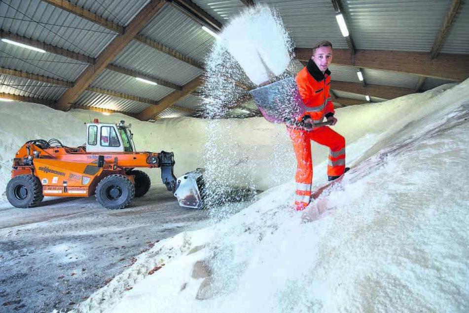 Winter einfach wegschippen: Winterdienstfahrer Adriano Bree (28) im vollen Salzlager des ASR.
