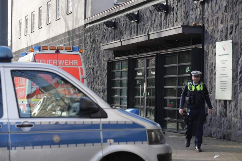 Polizei und Feuerwehr stehen vor dem Eingang der Staatsanwaltschaft Düsseldorf.