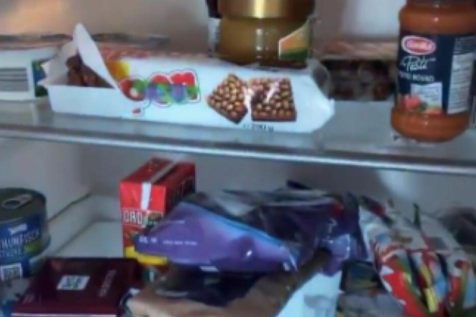 Ein Blick in ihren Kühlschrank voller Süßigkeiten.