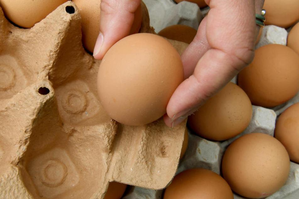 Alle im Einzelhandel verkauften Eier müssen einen Code zur Rückverfolgbarkeit tragen. Einfach Ei drehen, bis er auf der Schale auftaucht.