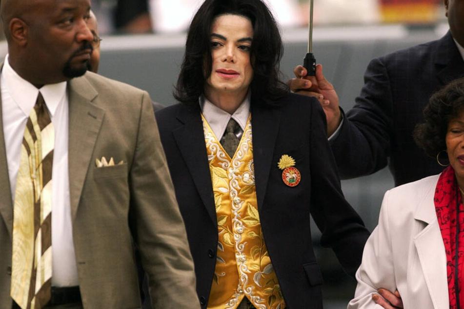 Michael Jackson (†50) stand bereits 1993 und 2005 (hier im Bild) aufgrund von Missbrauchsvorwürfen vor Gericht.