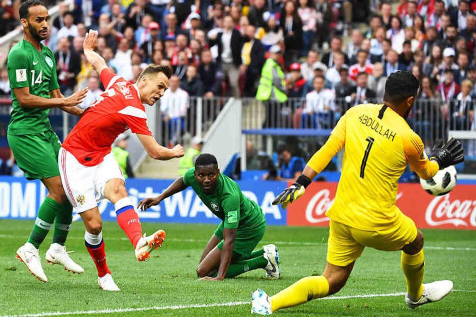 Denis Cheryshev (Zweiter von links) erzielt das 2:0 für Russland.
