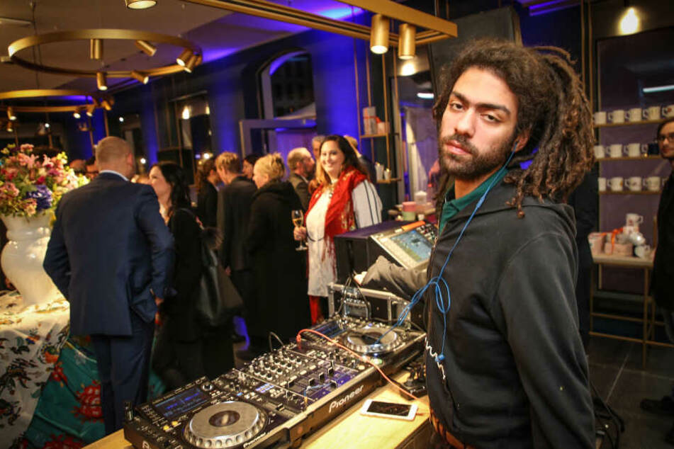 DJ Noah Becker (24) legt volle drei Stunden auf, wirkte sehr entspannt.