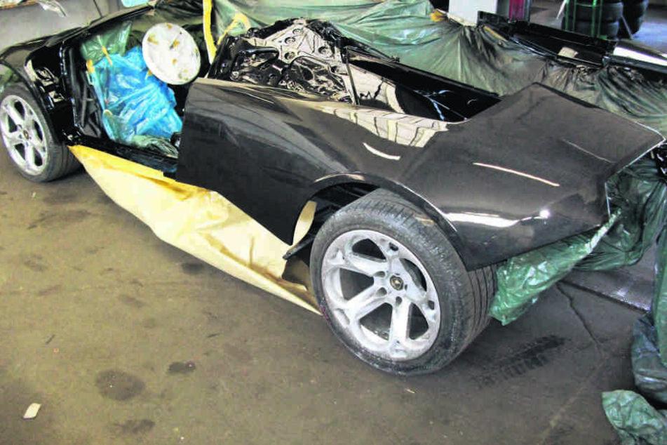 """Ein Bild aus der Umbauphase - der Sportwagen bekam ein neues """"Kleid"""" aus Carbon."""
