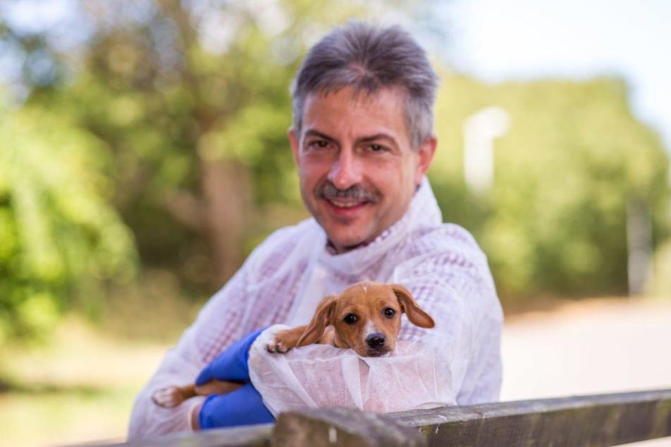 Tierheim-Chef Michael Sperlich (52) mit Hundewelpe Nina auf dem Arm.