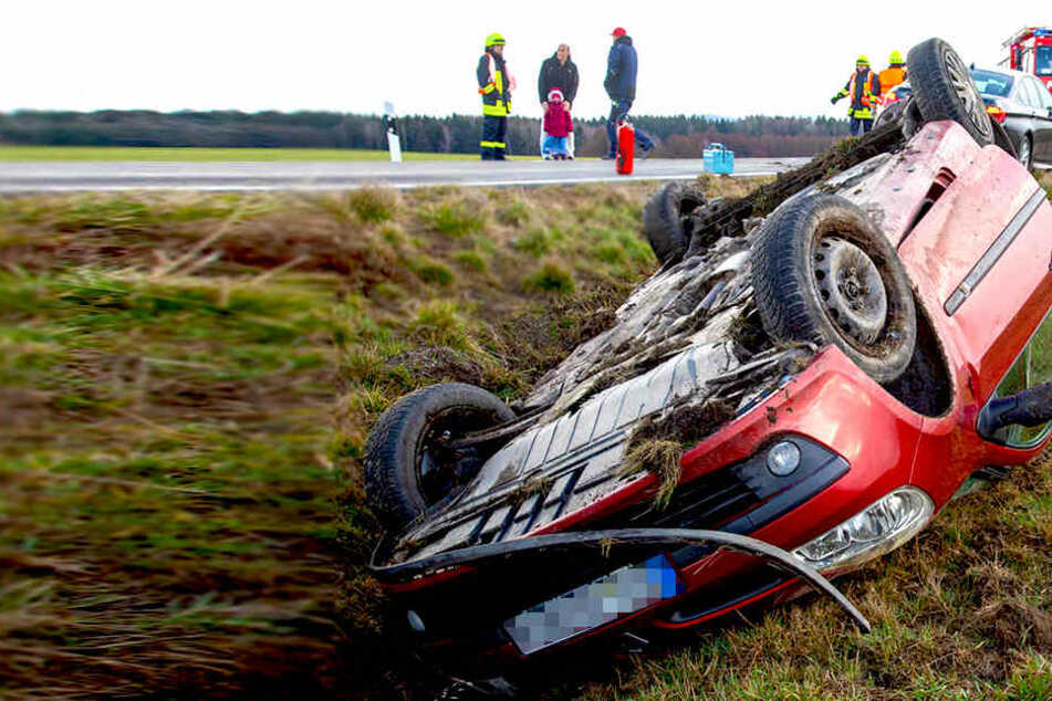 Unfall auf B98 bei Rammenau: Renault überschlägt sich, Fahrer schwer verletzt