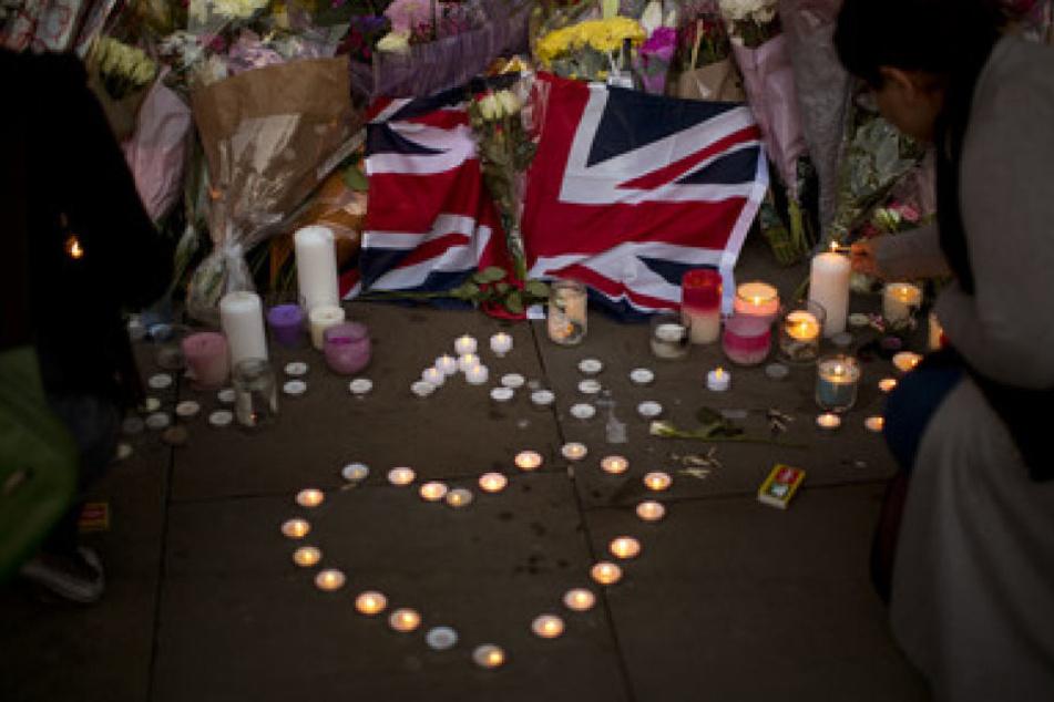 Zahlreiche Menschen brachten ihre Trauer am Anschlagsort bereits zum Ausdruck.