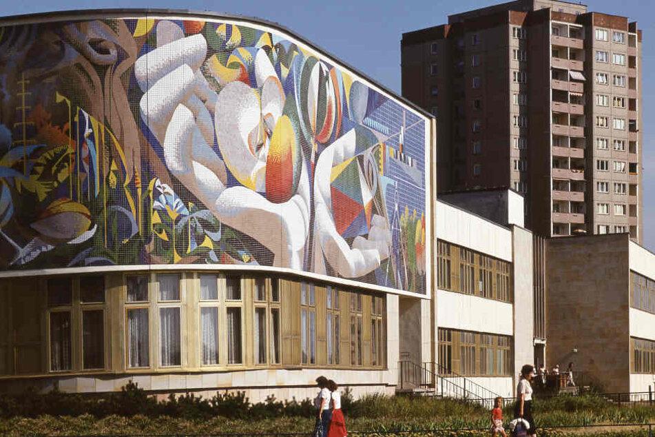 """Das Wandmosaik """"Die Beziehung des Menschen zur Natur und Technik"""" soll wieder aufgebaut werden."""