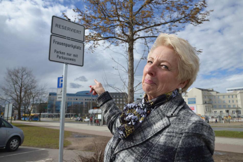 Frauenparkplätze an der Johanniskirche: Regina Heidel (69) versteht die Regelung nicht.