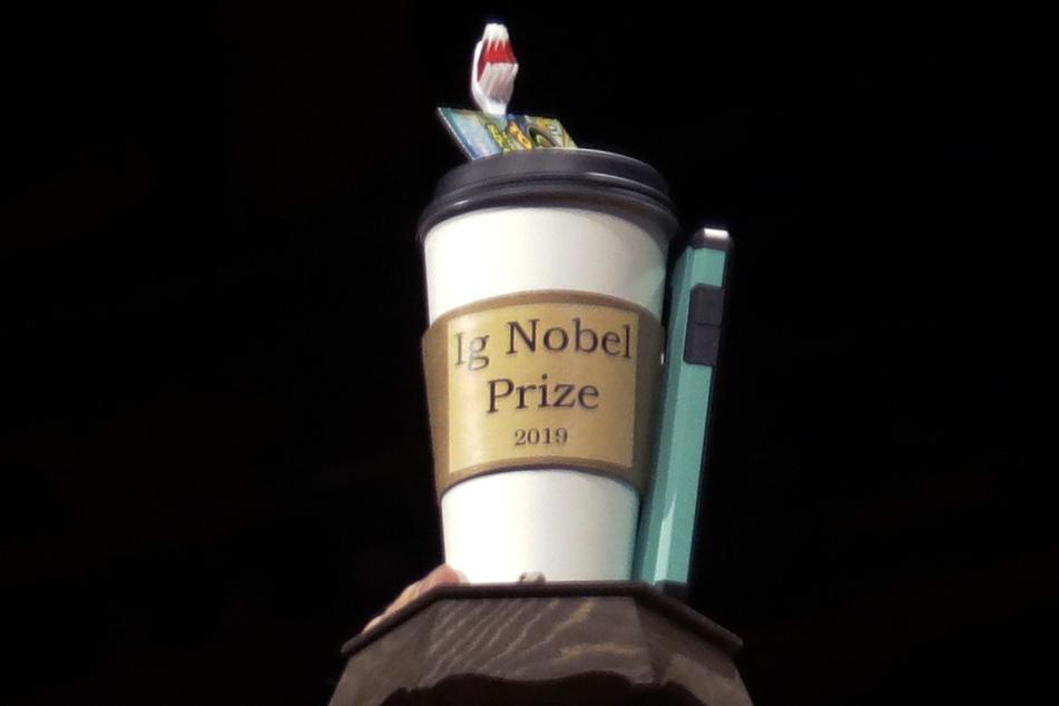 """So prunkvoll sah im Jahr 2019 die Trophäe aus, die man beim """"Ig Nobelpreis"""" absahnen konnte."""