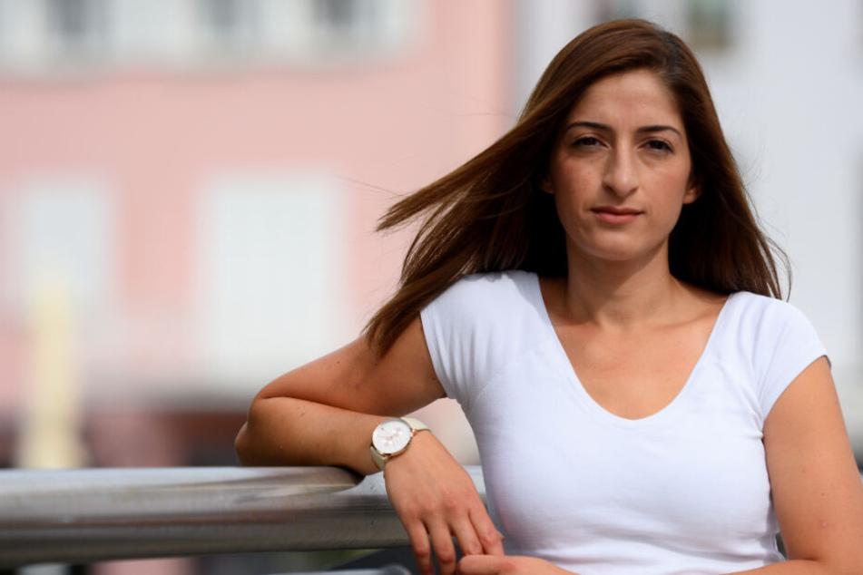 Mesale Tolu lehnt an einem Geländer in Ulm.