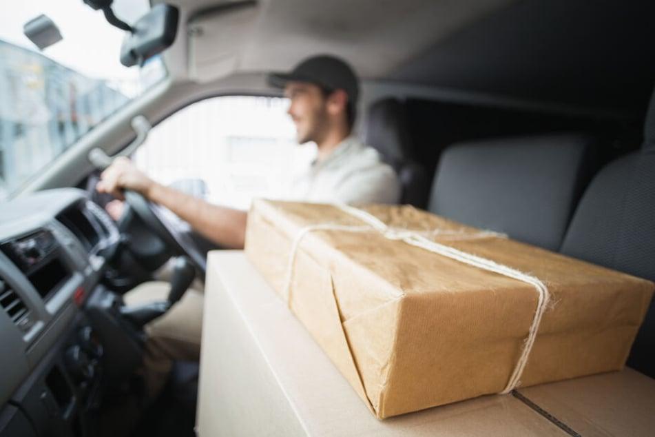 Paket-Zusteller packen Weihnachtspäckchen selber aus und verschwinden