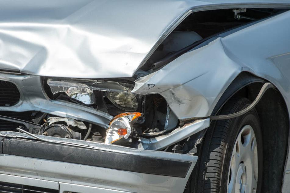 Jüngere Autofahrer haben durchschnittlich häufiger einen Unfall. (Symbolbild)