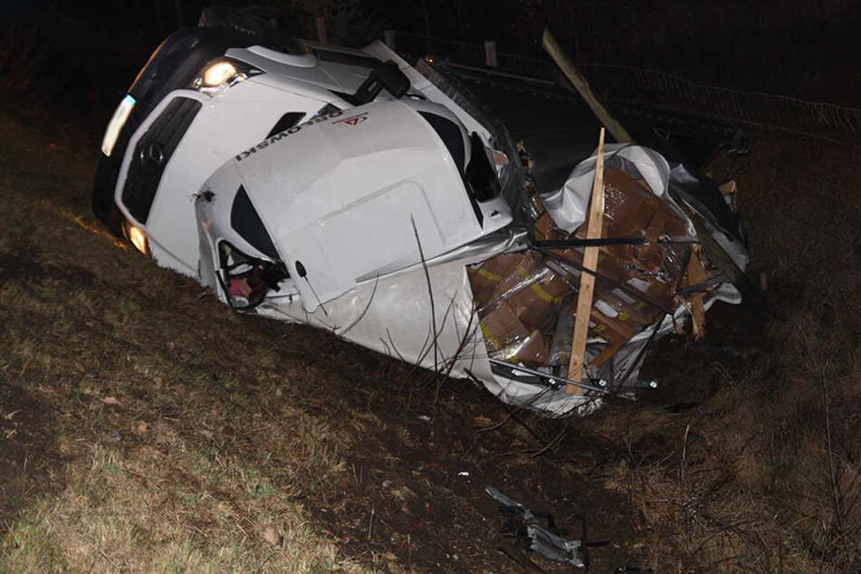 Der Mercedes Sprinter war von dem Crash zotal zerstört.