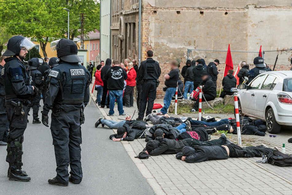 Bei der Demonstration ist es zu Zusammenstößen mit der Polizei gekommen. Die Polizei vermutet, dass es sich um Anhänger der rechten Szene handelt.