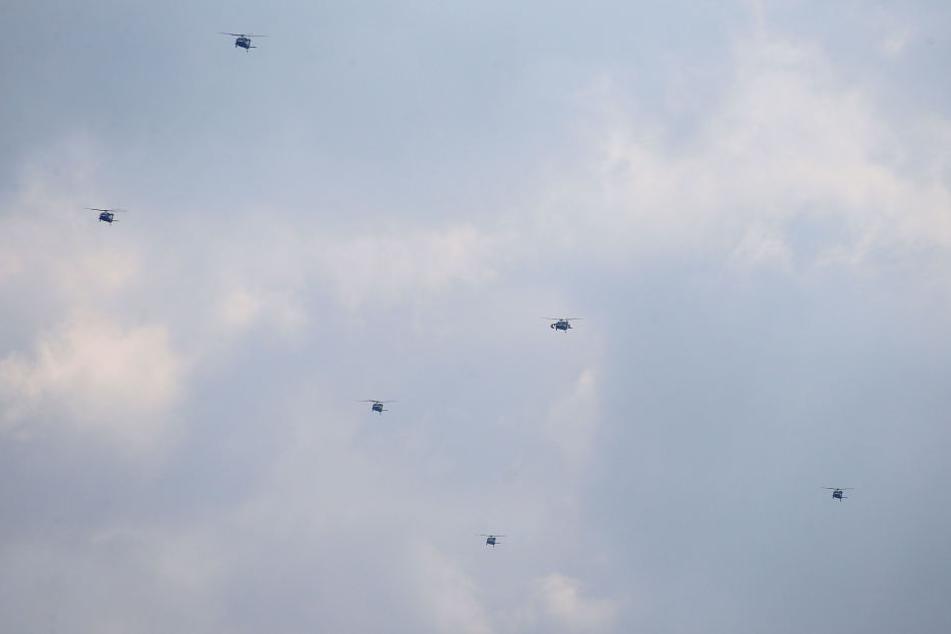 Die eindrucksvoll wirkende Formation aus zehn Hubschraubern fliegt über die Stadt von Westen in Richtung Osten.