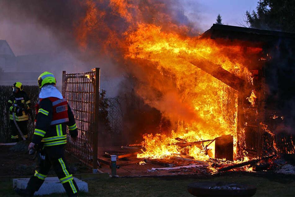 Die Gartenlaube stand komplett in Flammen.