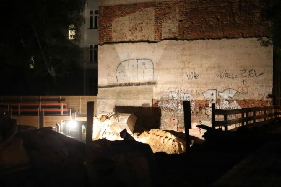 Noch am Abend wurden Sicherungsmaßnahmen am Giebel durchgeführt, um einen Einsturz zu verhindern.