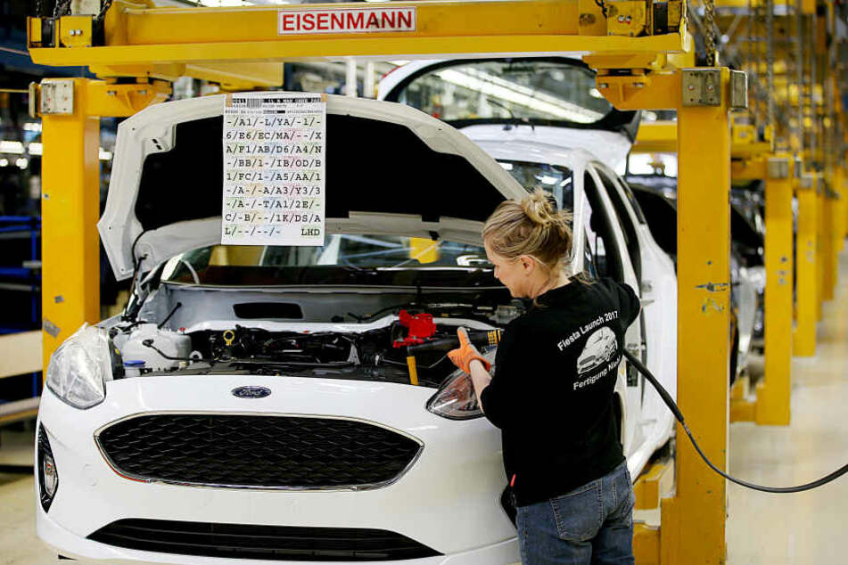 Eine Mitarbeiterin werkelt an einem Ford Fiesta in Köln (Archiv)