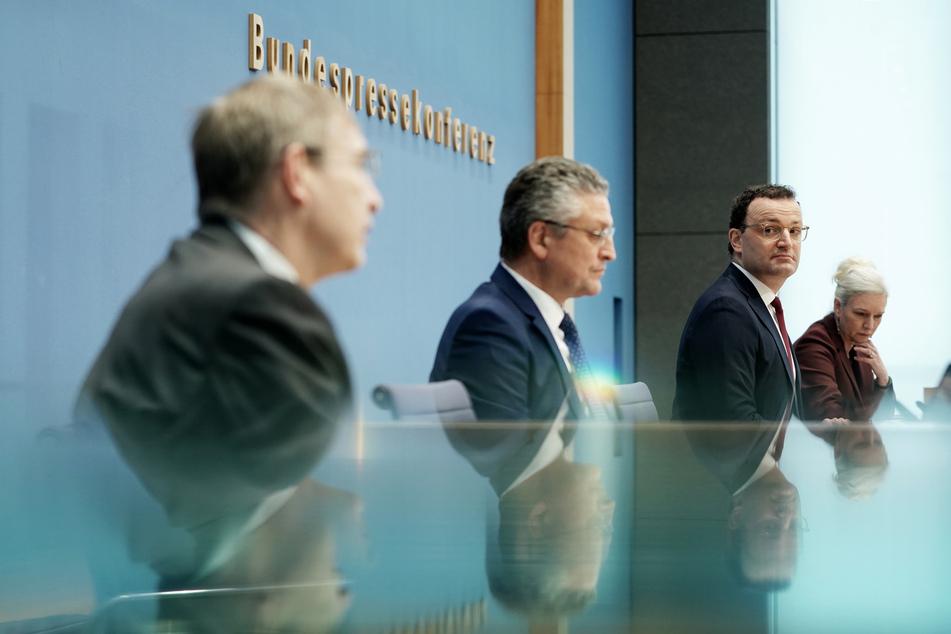 Jens Spahn (2.v.r., 40, CDU), Bundesminister für Gesundheit, Lothar H. Wieler (59, 2.v.l.), Präsident vom Robert Koch-Institut (RKI), und Klaus Chichutek (64, l), Präsident vom Paul-Ehrlich-Institut (PEI), sprechen bei einer Pressekonferenz zur aktuellen Lage der Corona-Pandemie.