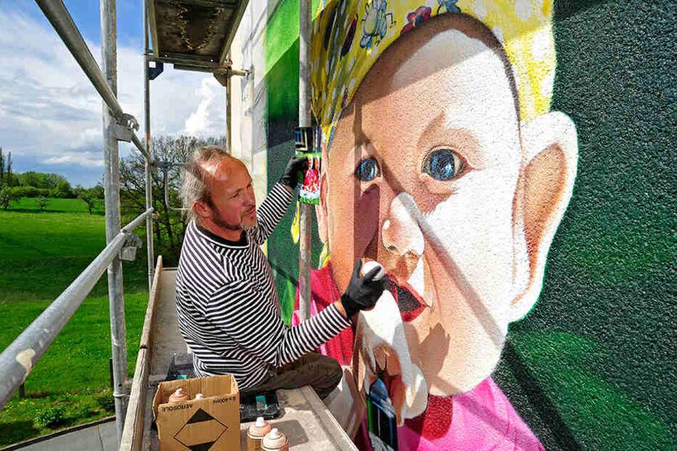 In Meerane hat Jens Müller (52) alias Tasso sein erstes großes Graffiti-Kunstwerk restauriert.