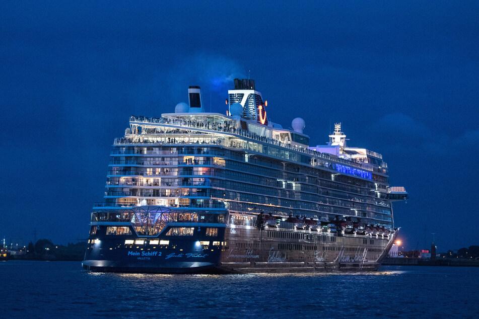 """Das Tui-Kreuzfahrtschiff """"Mein Schiff 2"""" läuft am Abend aus dem Hafen zu einem dreitägigen Rundtrip auf der Nordsee in Richtung Norwegen aus."""