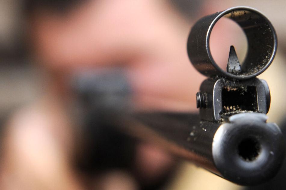 Ein Mann zielt mit einem Luftgewehr. (Symbolbild)
