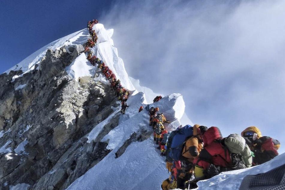Durch lange Warteschlangen auf dem Mount Everest starben dieses Jahr schon elf Menschen. Insgesamt über 300.