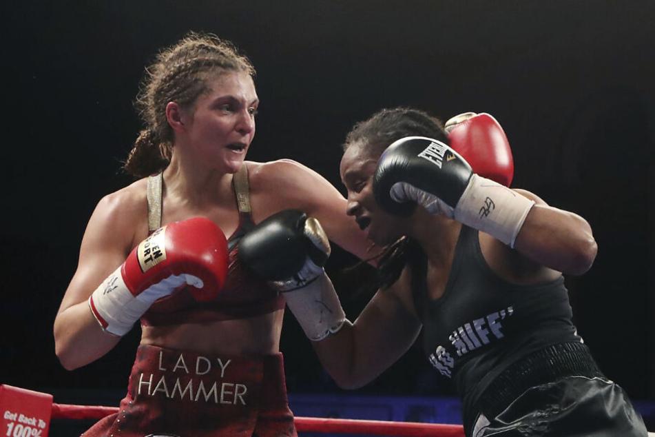 Christina Hammer (l.) boxt gegen Tori Nelson aus den USA bei der Weltmeisterschaft der WBO und WBC im Mittelgewicht (Archivbild).