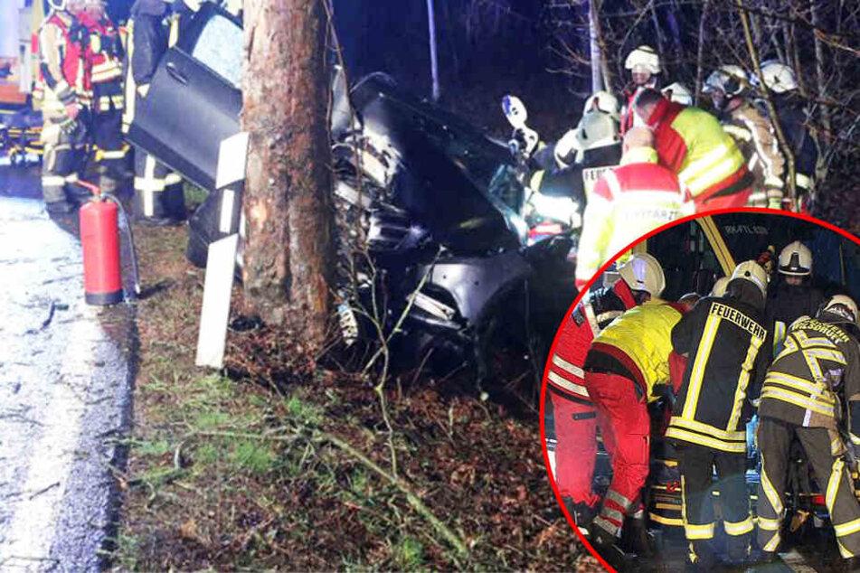 Heftiger Crash nahe Dresden: Mercedes-Fahrer kracht frontal gegen Baum!