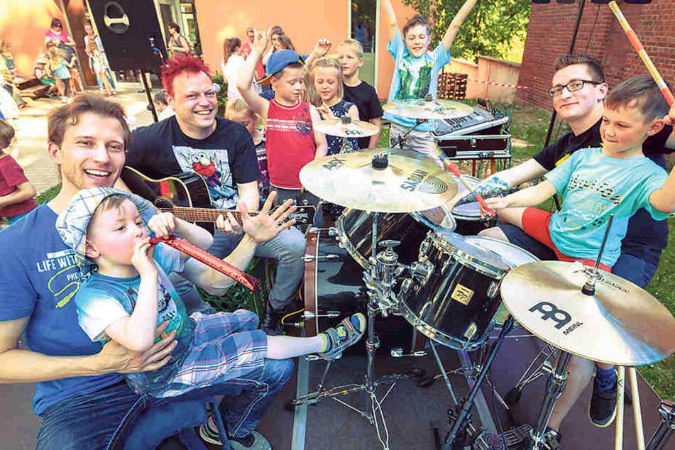 Arbeitslose Bauarbeiter musizieren für Kita-Kinder